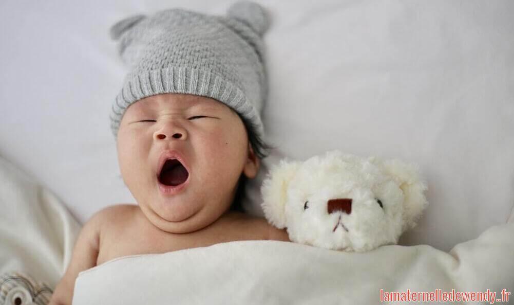 coussin d'allaitement autour de bébé pour dormir
